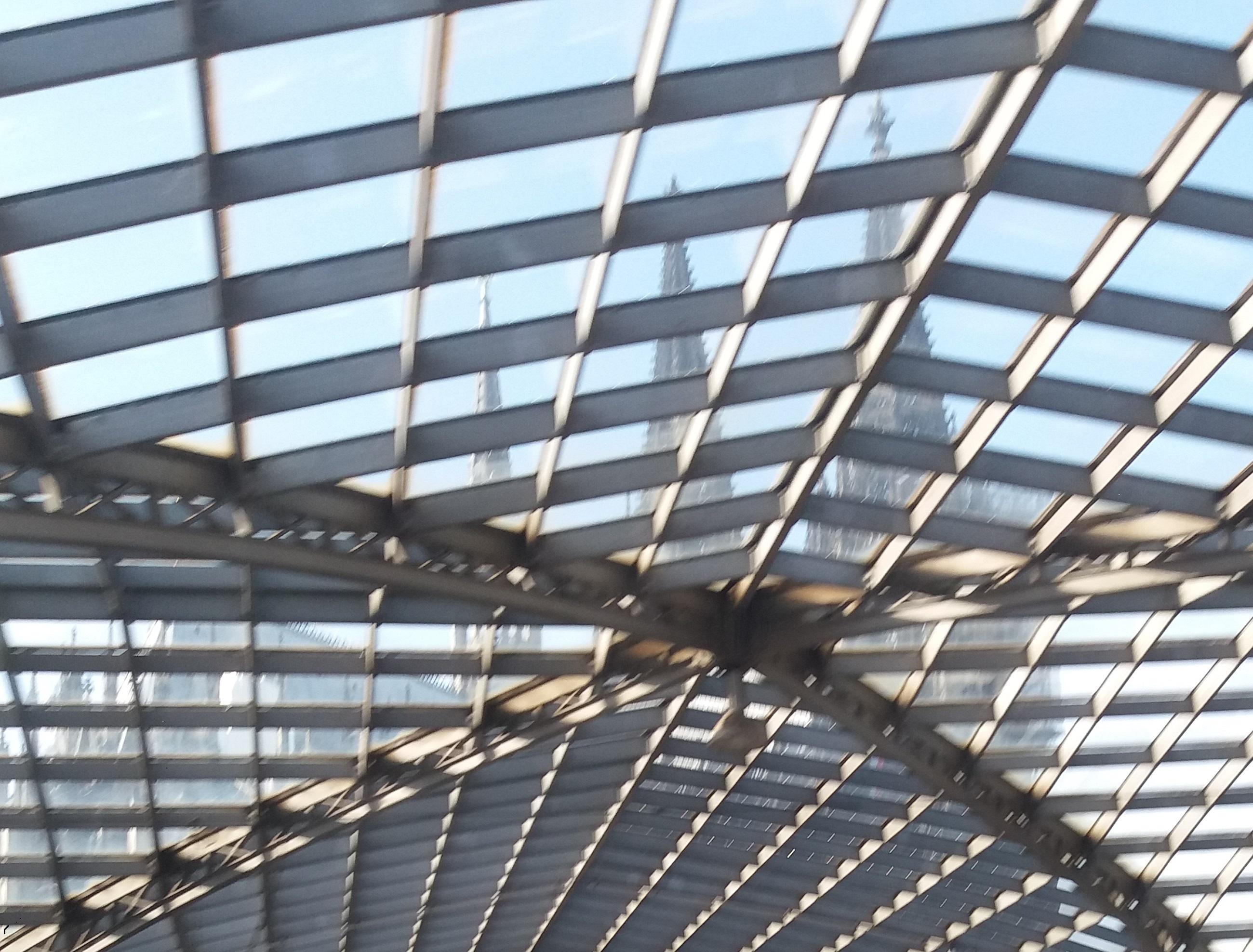 Netz aus Stahl und Glas